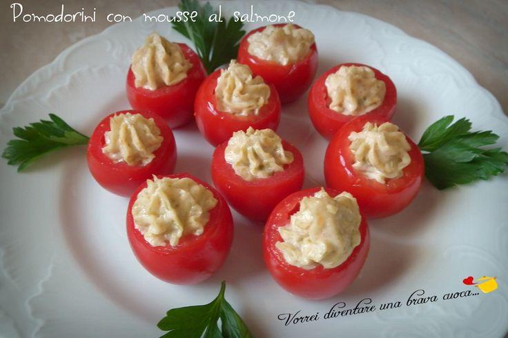 Oggi voglio proporvi i pomodorini con mousse al salmone, uno stuzzichino semplicissimo