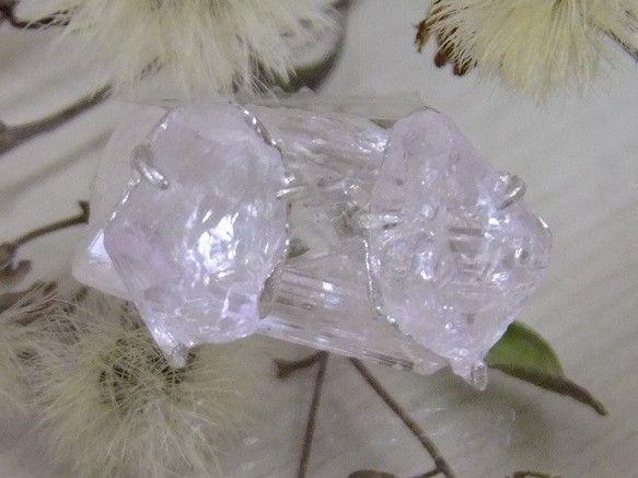 透明度が高い桜色のピンククォーツのポイントをシンプルなピアスにしました*ひとつとして同じ物が無いキラキラの原石による一点モノです*ブラジル・ミナスジェライス産...|ハンドメイド、手作り、手仕事品の通販・販売・購入ならCreema。