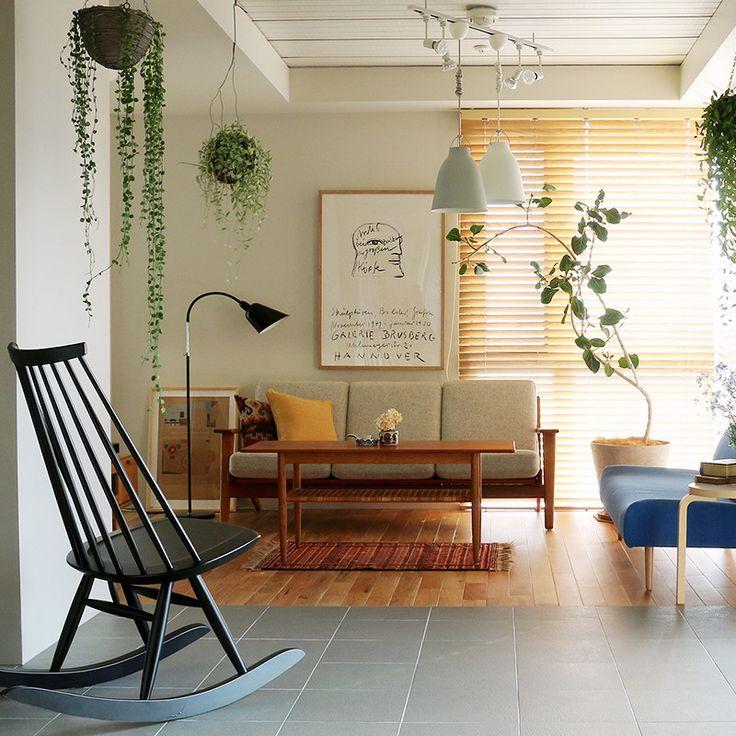 ソファーの後ろや、テレビの後ろなどの壁は、 ⽩くぽっかりと空間が空いてしまいがち。 ここにアートを飾ると、ワンランク上の リビングシーンが作れます。