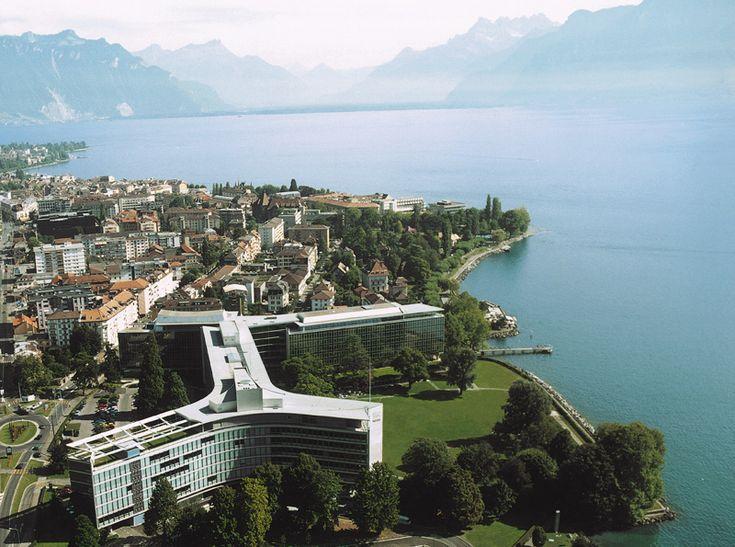 NestleHQ - Suíça – Wikipédia, a enciclopédia livre > Sede da Nestlé nas margens do Lago Léman.