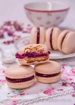 Macarons con merengue italiano rellenos con curd o crema de frutos rojos.