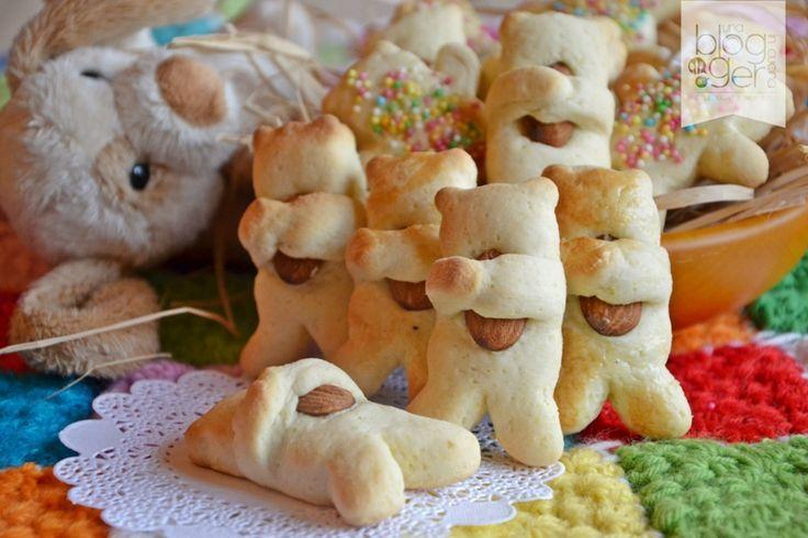 Biscottini orsetto, dei simpatici biscottini a forma di orsetto che abbraccia una mandorla, preparati con una pasta frolla morbida e leggera. Per bambini.