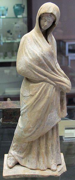 Arte greca, statuetta di donna con mantello, da tanagra, 350-300 ac. ca