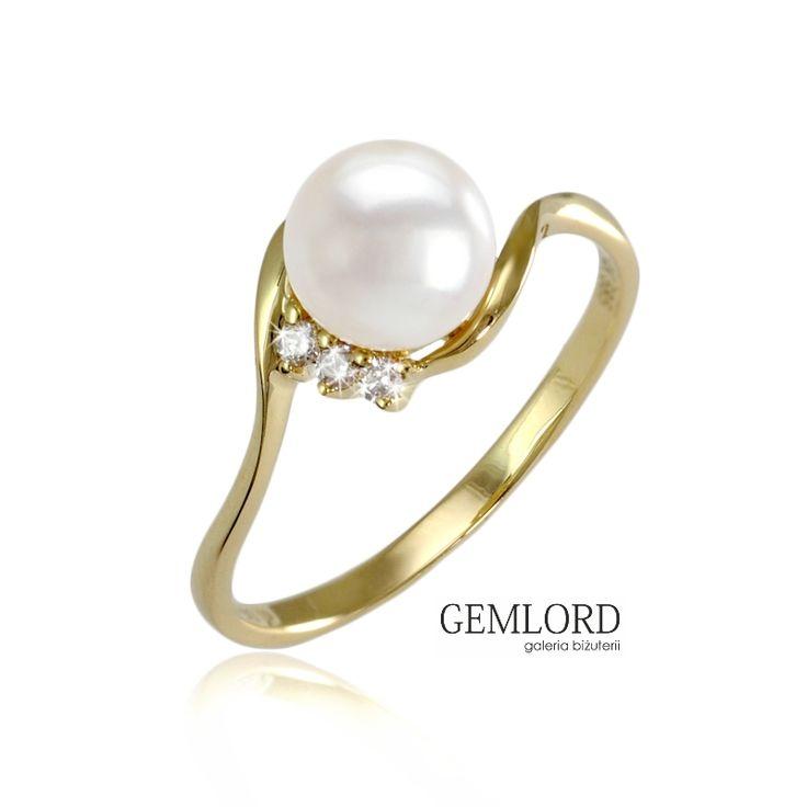 Delikatny pierścionek z perłą Akoya i brylantami. Urocza ozdoba kobiecej dłoni i piękne uzupełnienie biżuteryjnej kolekcji każdej miłośniczki pereł.#pierścionek #pierscionek #ring #perły #pearls #жемчуг #brylanty #diamonds #biżuteria #jewellery #jewelry #luxury #luxurylife #quality #fashion #style #piekny #piękny #beautiful #cute #lovely #shining #beauty #pearljewellery #prezent