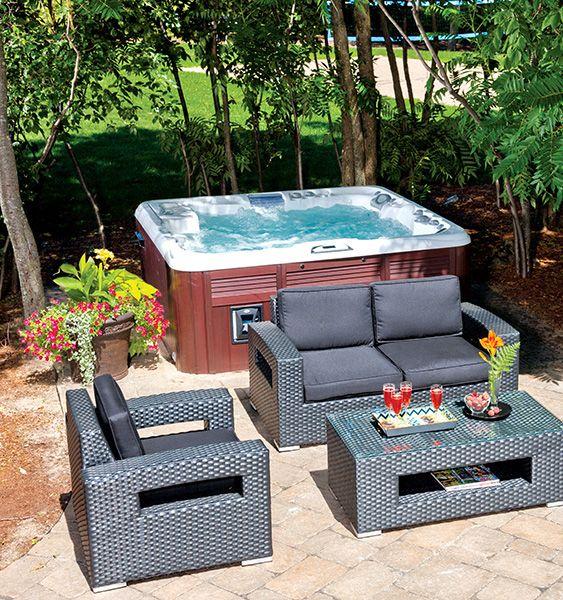 charmant Aménagement de cour arrière avec spa et meubles de jardin - Backyard  setting with hot tub