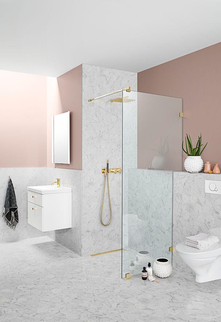 Lyxa till ett litet badrum och sätt din personliga prägel. Rosa, marmor och mässing är trendigt och ger badrummet både ett mjukare och kaxigare intryck.