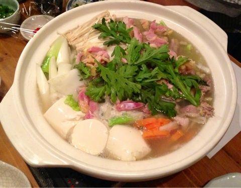 【たもいやんせ 新宿店】 新宿駅から徒歩5分で立ち寄れるKKDビルの1階に店を構える「たもいやんせ」。九州料理店ながら関東風のあっさりとした水炊きを味わえる。脂などしつこさのない透明感ある繊細なスープが売りだ。一品料理も充実している。  住所:東京都新宿区西新宿7-10-12 KKDビル 1F 最寄り駅:新宿駅 営業時間:11:30~14:00 17:00~24:00 定休日:なし