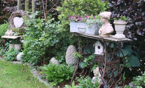 Die Nähmaschine hat ihre besten Tage schon lange hinter sich, aber das kunstvoll verschnörkelte Gestell aus Gusseisen eignet sich als dekorativer Tisch für Draußen
