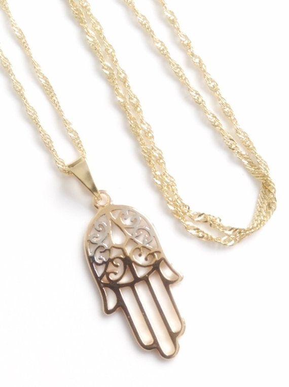 Mano de Fatima necklace Delicada y minismalista cadena de espiral banada en oro 18k; en el centro lleva una mano de fatima de 2.5 cm en 2 tonos: plateado y dorado. La medida de la cadena es 17 inches o 43 cm aproximadamente Esta cadena sirve de protección contra la envidia y el mal de
