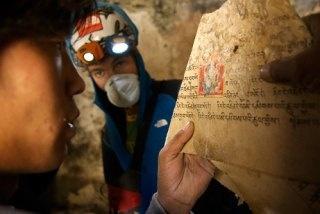 I tesori della mitica Shangri-La. I manoscritti, salvati dai ricercatori, sono stati trasferiti al Monastero di Mustang per ragioni di sicurezza. Ancora integri, grazie alle particolari condizioni atmosferiche della zona, le carte – per Coburn – contengono scritti dal Bhuddismo al Bön, una fede tibetana precedente. Una tale combinazione fa pensare all'esperto americano che il credo Bön sopravvisse in questa regione per almeno un secolo o due dopo la conversione dei Tibetani alla fede del…