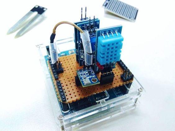 Desde Instructables nos llega este proyecto en el que aprenderás a crear una estación meteorológica con tu placa Arduino Estos son los componentes que su autor ha utilizado : Arduino Uno Rev3 Sensor DHT11 de humedad y de temperatura Barómetro BMP185 Módulo de sensor para la lluvia Módulo de sensor...