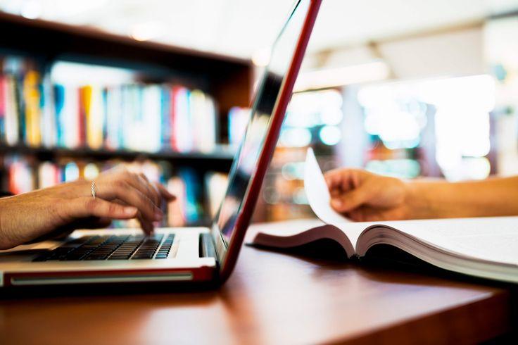 Voor een eenvoudige e-learningcursus komt hij uit op ruim $ 10.000 per uur, voor een 'award winning' cursus op ruim $ 50.000 per uur.