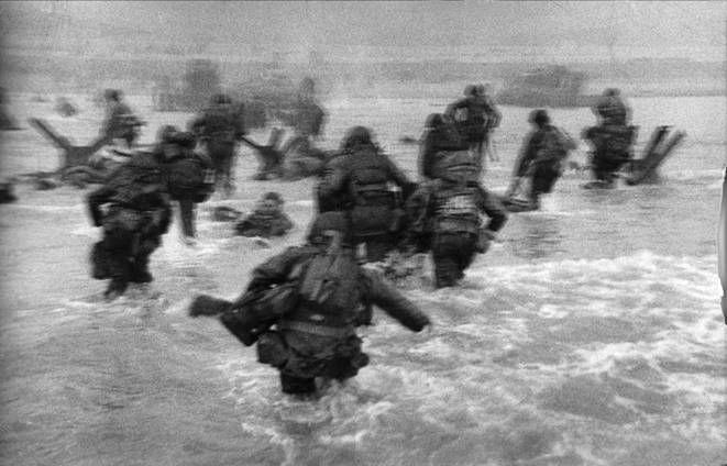 """Robert Capa - D DAy """" Si la photo n'es pas bonne c'est que vous n'etes pas assez pres """" Le courage jusqu'à la mort, offrir sa vie à son art et pour les autres"""