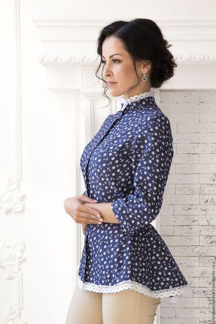 Купить или заказать Рубашка-Туника 'Джинса' в интернет-магазине на Ярмарке Мастеров. Рубашка - Туника. Ткань джинсовая в мелкий рисунок. Блуза на потайной застежки спереди. Рукав три-четверти на манжете. Воротник стойка. Спереди туника смотрится как обычная рубашка. Но не так все просто, сзади расклешенная удлиненная баска, с кокетливым бантиком. Блуза-Туника, обшита хлопковым кружевом, что очень освежает джинсу. Сзади на кокетке. Мне так не хотелось отпускать лето, что я…