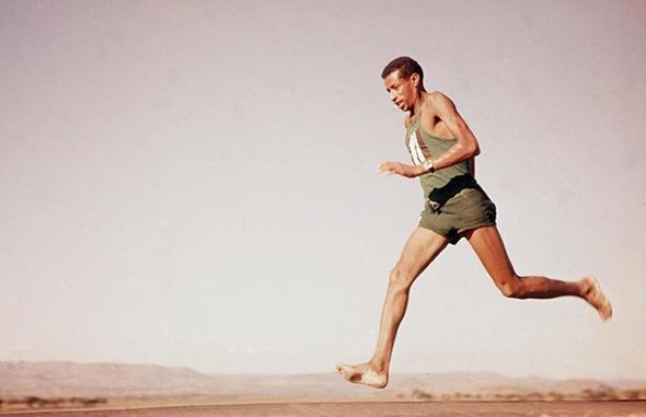 Abebe Bikila, athlète éthiopien, spécialiste des courses de fond et vainqueur du marathon des Jeux olympiques de 1960 et de 1964, est le héros de mon enfance, nous courrions tous comme lui pieds nus.