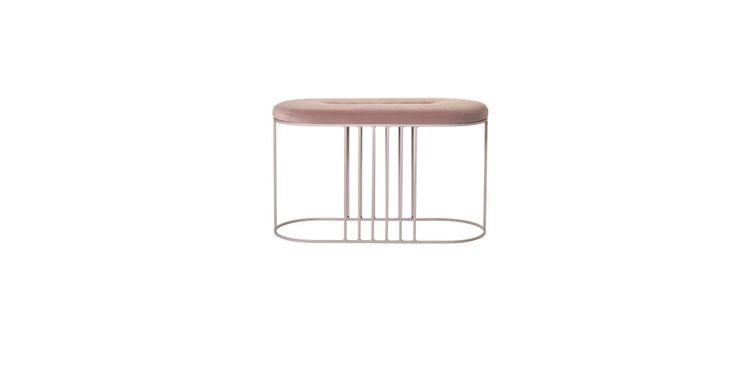 En bænk i lys grå eller rosa med en blød top af velour i samme farve? Ja, der er skruet op for de bedste trendbaserede detaljer i Posea-bænken skabt af Gran Studio.