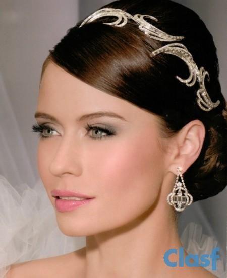 Efectua-se Maquilhagem noivas,dia a dia,noite e festas !! Consulte-nos Maquinadora Profissional experiente!! Veja mais em http://www.clasf.pt