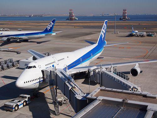 このGWで北海道への飛行機輪行を敢行しました初めての飛行機輪行ということで分からないことだらけでしたがなんとかやり遂げたという感じです  その中今回東京北海道の飛行機は早朝便を予約して行きました値段が安いということもありますが電車輪行の実施も予定していたため邪魔にならないような時間にしようと考えていました 結果としては北海道に辿り着くことはできたのですが個人的には失敗でした失敗だと考える理由は次の通りです  始発電車の時間次第では間に合わない  ご自宅の最寄り駅の始発電車の時間は何時でしょうかまた最寄り駅から空港到着までどれくらいかかるでしょうか  割と基本中の基本ではあるのですが飛行機の搭乗時刻から逆算して何時の電車に乗れば間に合うか算出したうえで飛行機を予約するようにしましょう  今回私は電車輪行で迷惑を掛けないために朝一の便に乗ろうと予約をしましたところが最寄り駅の始発を見ると明らかに間に合わない時間ということに気づきました止む無く午前3時頃に起きて京急蒲田駅まで自転車で移動し現地で自転車を解体して輪行バッグに詰めるというバタバタぶりでした…