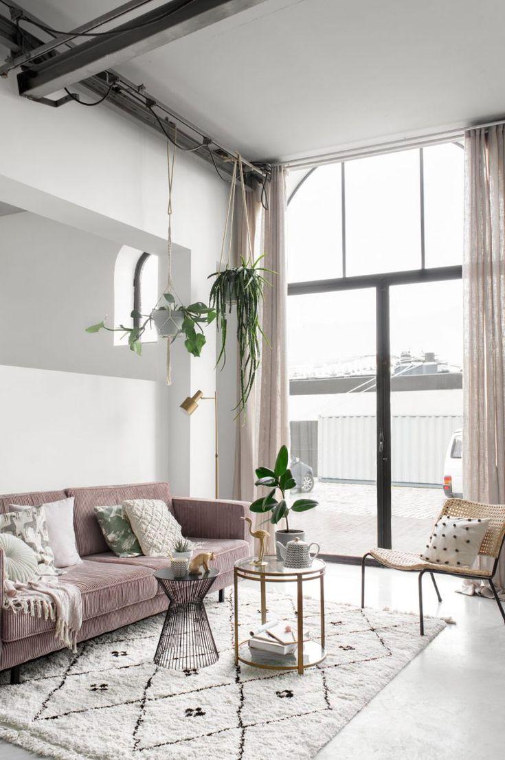 De nieuwe zithoek: roze bank, messing items en hangplanten