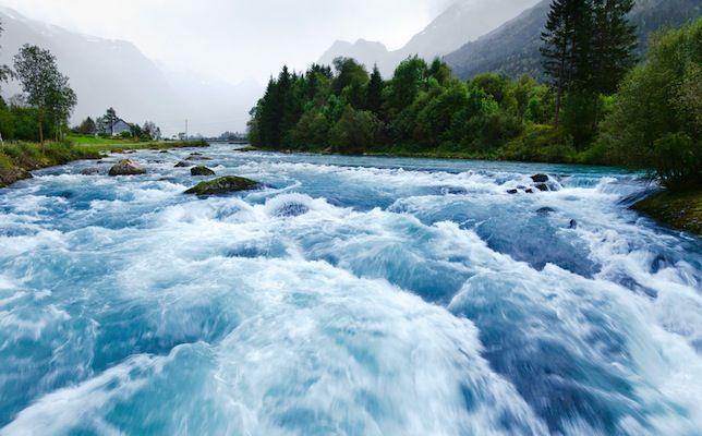 Um rio de água de degelo azul flui do Briksdal através do Sogn og Fjordane, na Noruega.   Fotografia: Shutterstock.