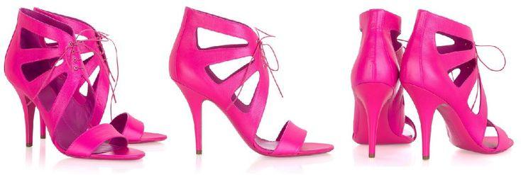 Coisas que me fazem querer ser rica, phyna, elegante e ter um evento à altura: sapatos Givenchy. O preço? 465 (libras, tá?)
