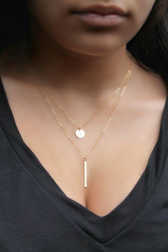 Wunderschön * Glitzer * Set von zwei 14 k Gold gefüllt Halsketten. Tragen Sie jeweils separat zu oder setzen Sie beide auf für perfekte lagen-Look! Jede Halskette hat einen eigenen Verschluss. Die längere Kette hat eine vertikale dünne Leiste und der kürzere hat eines Scheibe-Anhängers, die benutzerdefinierte Stempel mit den Initialen Ihrer Wahl.  Du erhältst Folgendes: (1) kürzere Halskette: erste Scheibe 9 mm - 14 k gold gefüllt (2) längere Kette: dünne Balken - 26x2mm, 14 k gold gefüllt…