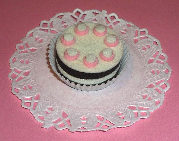 1 Filztörtchen Torte Filzpraline Kaufladen-Acce... von happyhands auf DaWanda.com