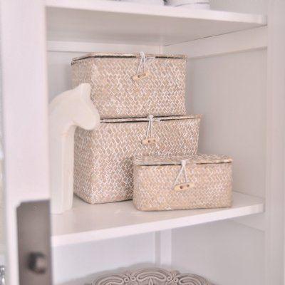 Snygga naturfärgade förvaringslådor som säljs i set om 3. Snygg förvaring av toalettartiklar, smycken eller som dekoration i vitrinskåpet.