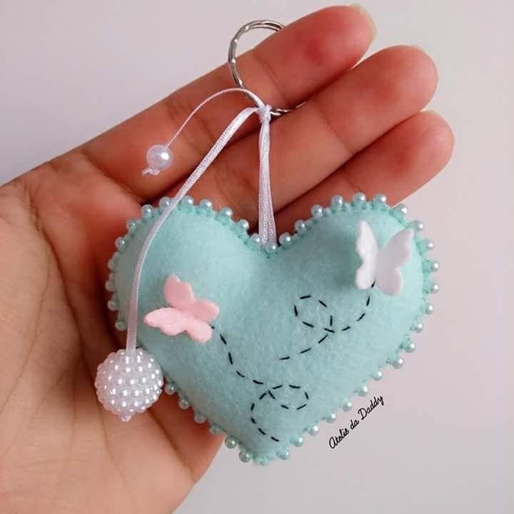beautiful felt heart with little felt butterflies   Enfeites de ...