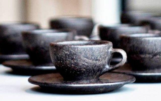 Kaffeform, la linea di tazzine ottenute dai fondi di caffè Kaffeform è la linea di tazzine da caffè interamente realizzate con i fondi di quest'ultimo. L'idea appartiene a Julian Lechner, giovane laureato in design industriale, che, raccogliendo dai cinque a #fondidicaffè #tazzineeco-sostenibili