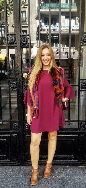 ¿Llega el frío? Consigue un casual look combinando un chaleco de pelo multicolor con un vestido corto y botines, ¡El resultado será perfecto!