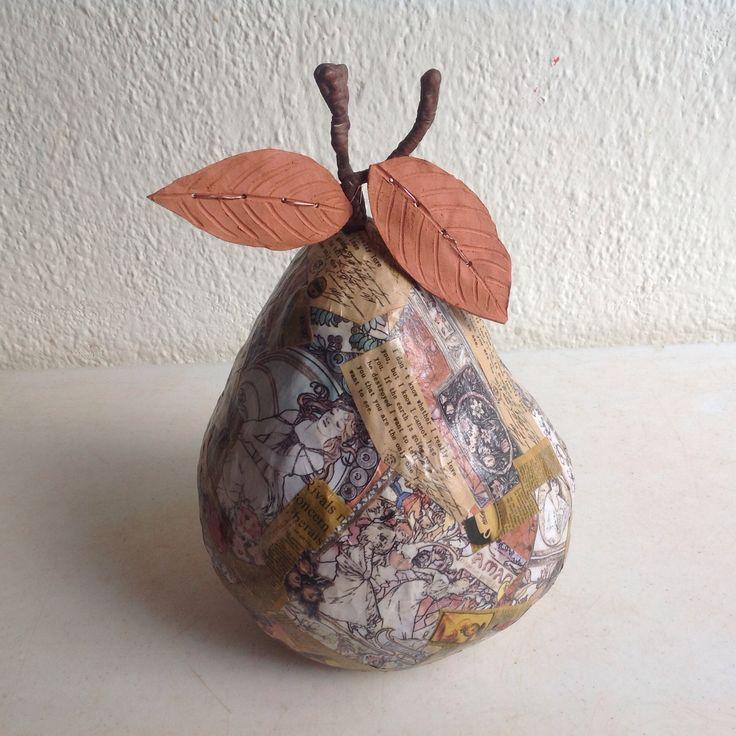 Trabajo realizado en cerámica recubierta con recortes de revistas y periódicos.