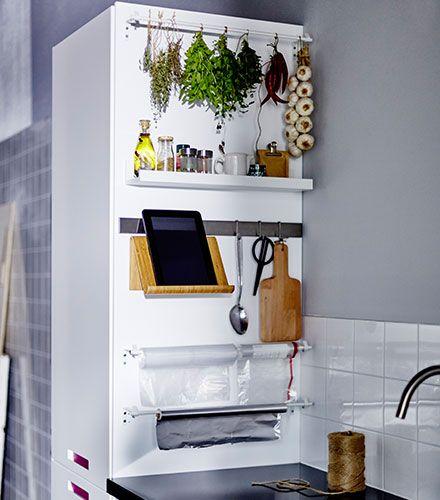Los laterales de los armarios, son un espacio que nos puede ser de gran utilidad a la hora de cocinar. Puedes poner barras, rieles, mini baldas, incluso imanes para colocar utensilios de cocina, cuchillos, alimentos, especias y todo lo que necesite de un espacio extra. Puedes incluso fijar un soporte en el mueble, para apoyar tu tableta e ir siguiendo las recetas de tus platos favoritos. -- IKEA