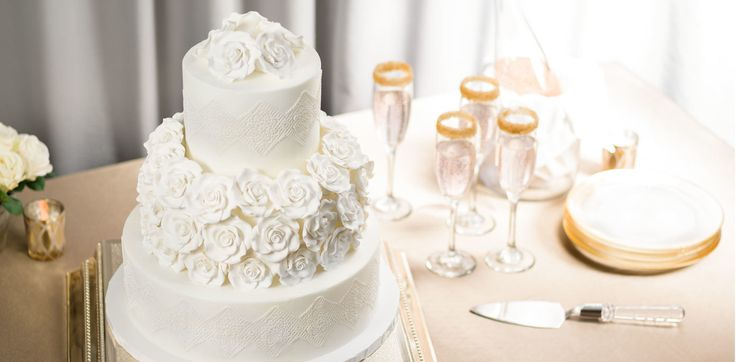 Classic Flowers & Lace Wedding Cake