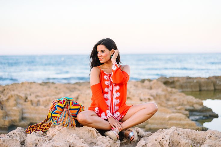 Orange Beach Dress vestido de playa naranja con hombros al aire sandalias plata…