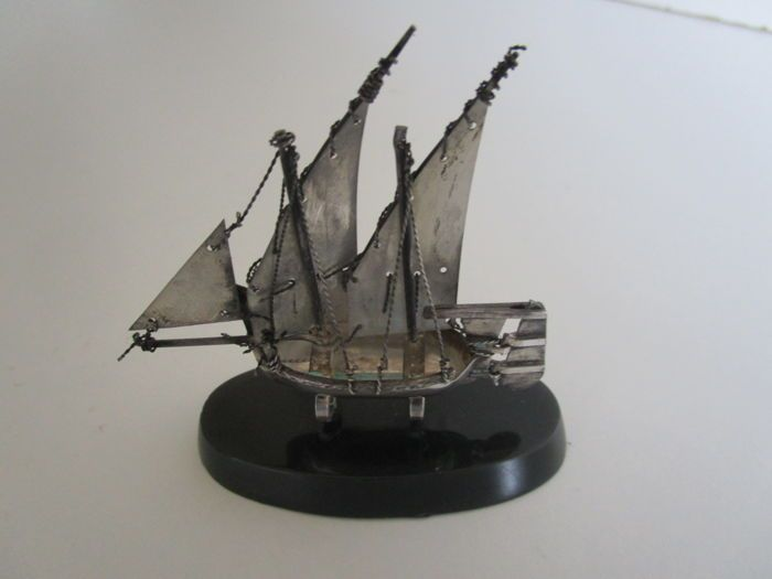 Sterling zilveren model van een zeilboot schip Maltese.  Maltees sterling zilver model van een zeilen schip / boot op sokkel.Hallmarked met de Maltezer Kruis 925 ga plus een ander merk die wij kunnen niet opmaken.Leeftijd onbekend.Voorwaarde is zeer goed het doet vereisen een echt goed schoon en Pools.Lengte 78 cm (plint)Hoogte 82 cmTotale gewicht 46 grAlle items die zijn verzonden bijgehouden en verzekerde.  EUR 3.00  Meer informatie