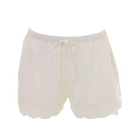 Shorts i stickat siden med söt spets vid benöppningarna. Alma shorts har en liten slits vid sidsömmarna samt knytband och resår i midjan. Siden är ett mycket bra material för sovplagg då det värmer vid kyla och svalkar vid värme. Matchas fint ihop med linnet Alma. Innerbenslängd 4 cm i storlek medium.   Material 100% siden.   Storlek XS S M L XL    Motsvarar storlek 34 36/38 40/42 44/46 48/50