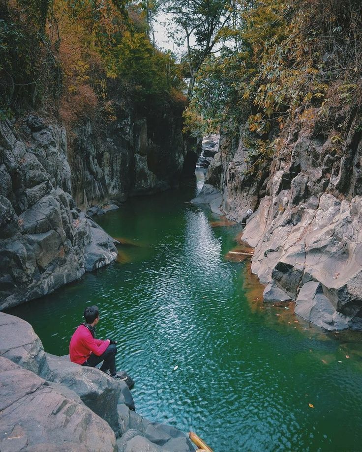 Green Canyon ala Garut, Leuwi Jurig. Nama Leuwi Jurig diambil dari bahasa Sunda yang artinya adalah Kolam Setan. Berbanding terbalik dengan namanya, nyatanya Leuwi Jurig menyimpan eksotisme yang menawan . . In Frame :  @ridzal.fdl_ 📷 by : @ekiferdian19 . . #garut #jawabarat #leuwijurig #exploregarut #explorejawabarat #exploreindonesia #indonesiabagus #indonesiakeren #indonesiaonly #greencanyon  #tukang_jalan #tukangjalan #liburan #liburanmurah #liburanseru #Traveling #tour #trip…