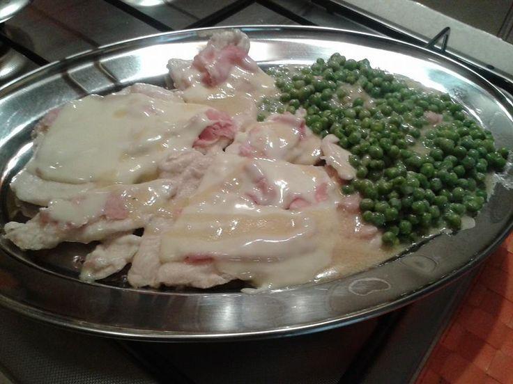 Petto di pollo e piselli Bimby a Varoma, un secondo con contorno da preparare in un colpo solo, con una deliziosa cremina d'accompagnamento. Ingredienti:...