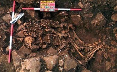 Gli amanti del neolitico © ANSA Trovata coppia di scheletri, abbracciati da 5.800 anni