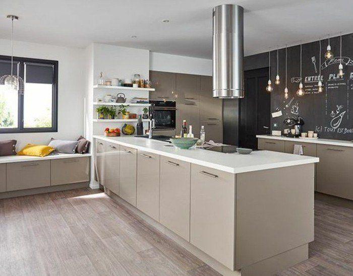 cuisine moderne et accueillante, modele cuisine taupe avec des éléments déco en noir et blanc
