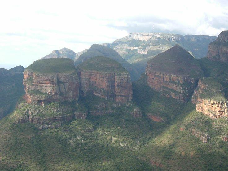 The Drakensberg.  (africasafariblog.com)