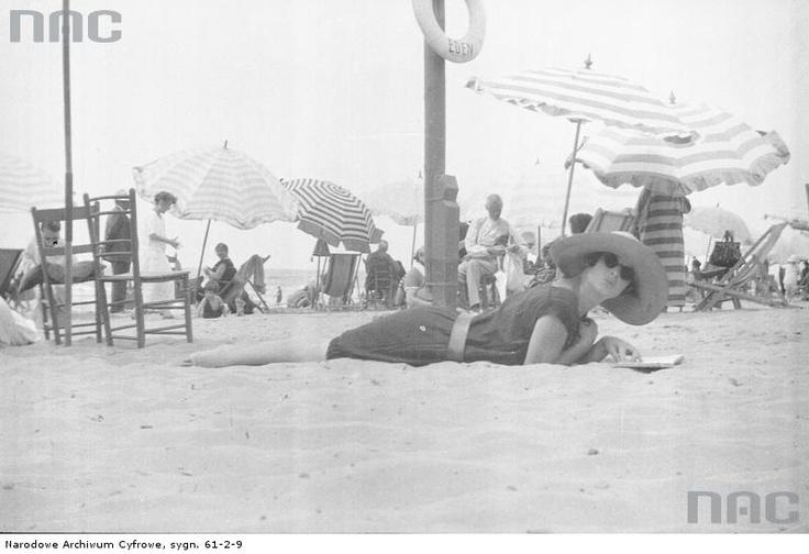 Wypoczynek rodziny Lis - Olszewskich na plaży w Viareggio , 1922 - 1939