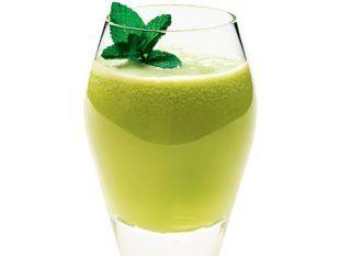 """O <a href=""""http://mdemulher.abril.com.br/culinaria/receitas/receita-de-suco-detox-melao-787867.shtml"""" target=""""_blank"""">suco detox de melão</a> tem um sabor delicioso da mistura com abacaxi e hortelã."""