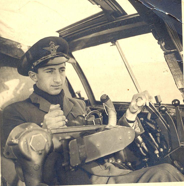Locotenentul Dan Stoian la manşa unui bombardier JU 88 în anul 1942