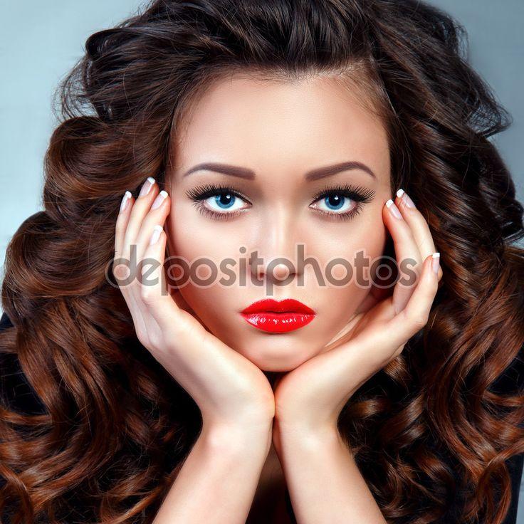 Мода Портрет молодой женщины брюнетка модели. Объем кудрявые длинные волосы. Красный сексуальные губы - Стоковое изображение: 70039885
