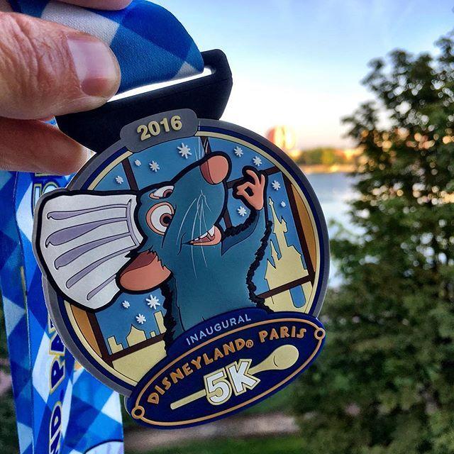 En dat is nummer één uit team D. @charlottevandrunen stond vanmorgen om 5:20 naast haar bed en liep om 7:00 de 5 kilometer door de Disney parken. Nu klaar maken voor medaille nummer twee, de kidsrun. #rundisney #disneylandparis #hardlopen #disney5k