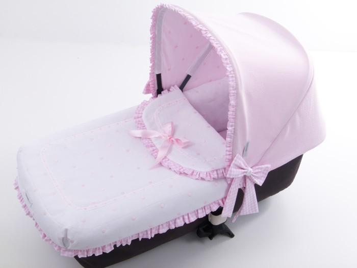 Foto de lejos del cuco del bugaboo vestido con piqué blanco combinado con vichy rosa