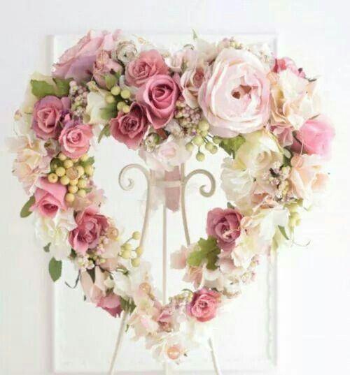 Corona de flores en forma de corazón