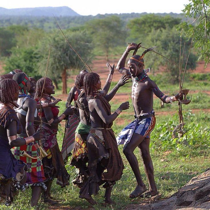 Здесь женщины растягивают губы тарелками и вырезают узоры на коже: уральский фотограф несколько дней снимал африканские племена
